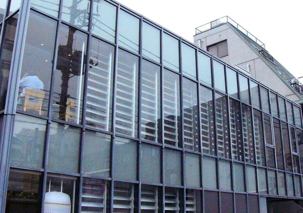 可動ルーバー導入実績:本郷三丁目駅マーメイドカフェ